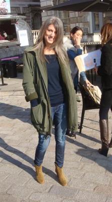 Sarah harris von der britischen vogue (mode-features) trägt bei