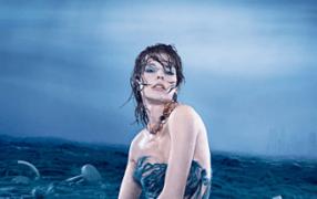 Milla Jovovich in Tsunami-Blau