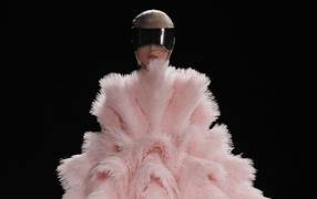 Paris: Flowerbombs bei Alexander McQueen