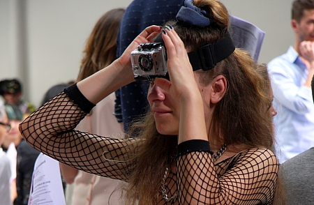 Kamerafrau Featured bild-Modepilot-Fashionweek-Paris-Kamera- frau-beirendonck-Live-Mitschnitt