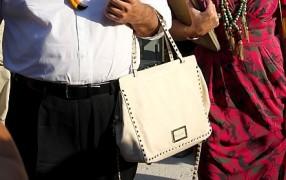 Streetstyle: Mann trägt Handtasche