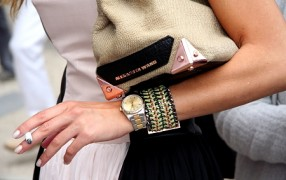 Streetstyle: Armband zum Schlitz im Kleid
