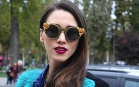 Streetstyle: Rosenbrille zur pinken Clutch