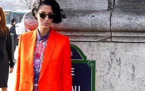 Streetstyle: Neon-Jacke zu Musterbluse