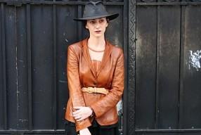 Hut und Lederjacke