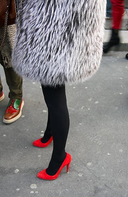 Modeopilot-Streetstyle-Pompon-pelz mit roten Schuhen-High Heels-Mode-Blog