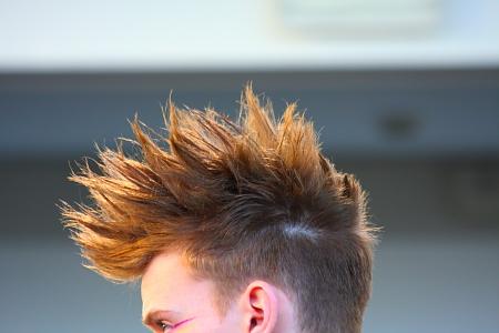 Modepilot-Haarlack-Frisuren-Männer-Beauty-Haare-Irokesen-Anlehnung-Beauty-Blog
