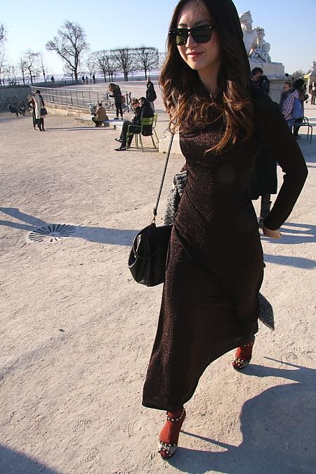 Modepilot-Japanerin- langes kleid-schlicht-Outfit-Streetstyle-Paris-Fashionweek
