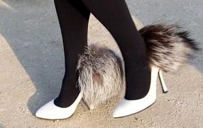 Streetstyle: Schuhe mit Pelzpuschel