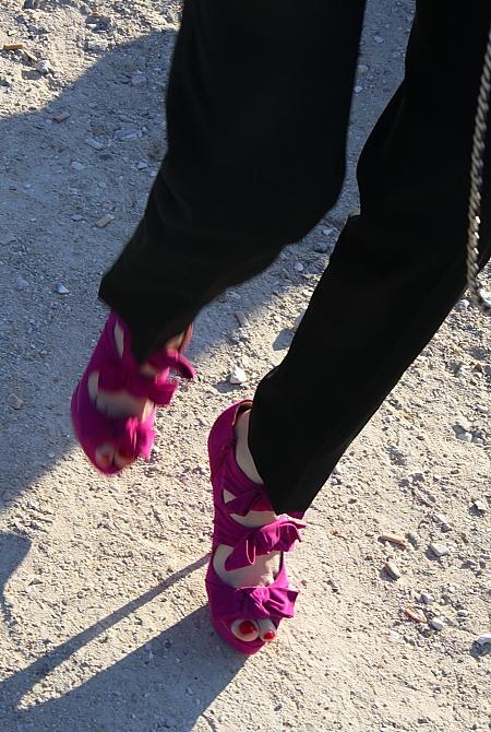 Roter Nagellack zu pinken Schuhen