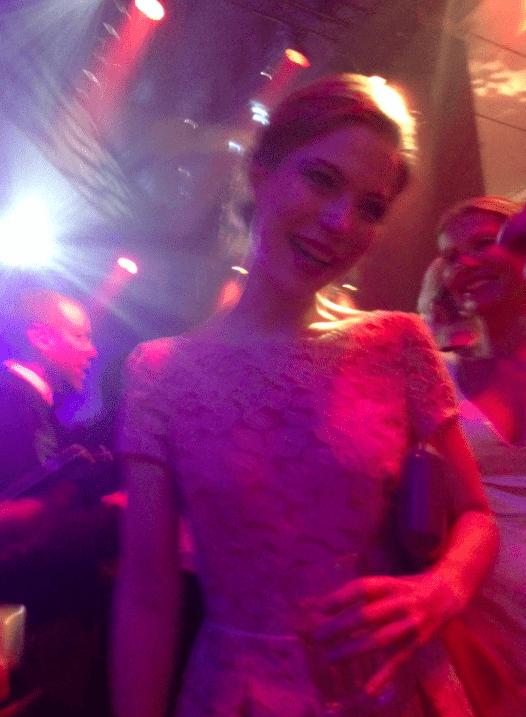 Schauspielerin Nora von Waldstätten in einem Ausbrenner-Kleid