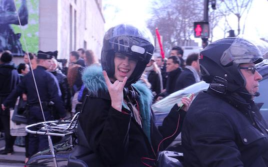 Foto Motorrad Fashion Week Model Helm Rucksack Isabelle Braun Modepilot