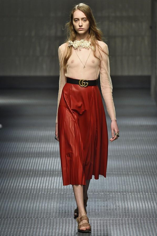d266565e63e Frage 1: Wer braucht in der Mode noch so durchsichtige Blusen, wo alle nur  noch auf den Busen der Models starren statt auf die Mode?