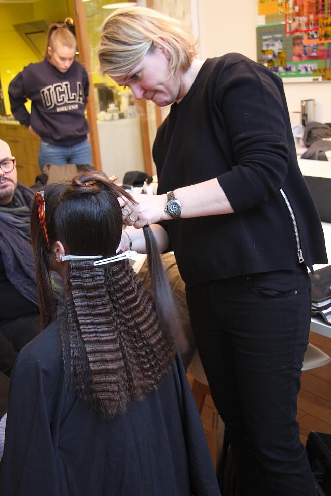 Haare kreppen mit kreppeisen