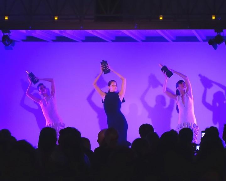 Presentation des Parfums mit Tänzerinnen in Alaia Kleidern