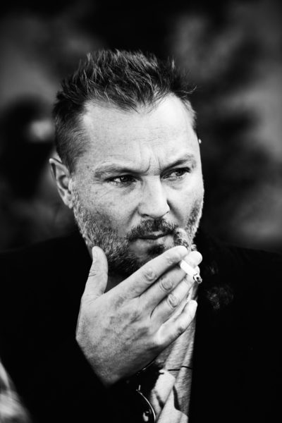 Dieser Mann, hier nach einer Céline-Schau in Paris, schaut meistens so skeptisch. Vielleicht muss ein Fotograf wie Juergen Teller einfach diesen Blick haben.