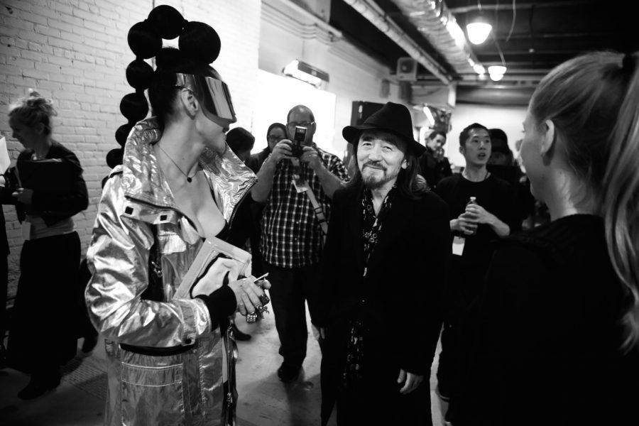 Die meisten verharren in höflicher Distanz zum Mode-Guru Yohji Yamamoto. Er selbst hält sich die Fans, wie hier im September 2012 nach der Y-3-Schau in New York, durch ein Lächeln vom Leib.