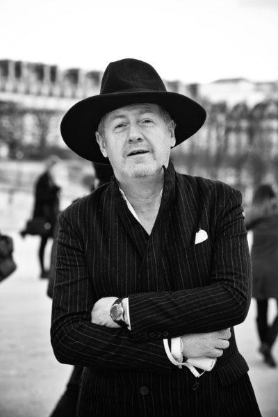 """Mit Markenzeichen kennt er sich aus. Deshalb trägt Godfrey Deeny, der Chefkritiker des """"Figaro"""", ein Einstecktuch – und deshalb ragt er mit diesem Hut heraus."""