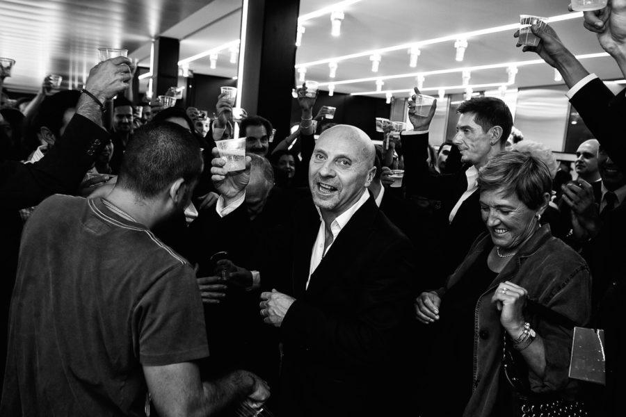 Auch wenn Stefano Gabbana (rechts) nicht so ganz glücklich zu sein scheint: Zum 20-Jahr-Jubiläum von Dolce & Gabbana im September 2005 gibt es nach der Schau wirklich etwas zu feiern, zumindest für Domenico Dolce (vorne).