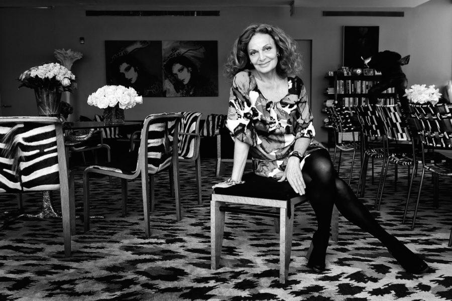 Kein Wunder, dass auch Andy Warhol sie verewigt hat: Diane von Fürstenberg, hier in ihrem Büro im Meatpacking District, kann sich fürs Foto malerisch auf den Hocker drapieren.