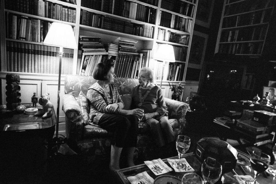 Eleanor Lambert, die Gründerin der New Yorker Modewoche, auf unserem Bild aus dem Jahr 1999 schon 96 Jahre alt, empfing zu Beginn jeder Fashion Week einige Modekenner. Ihr hörte auch Suzy Menkes andächtig zu.