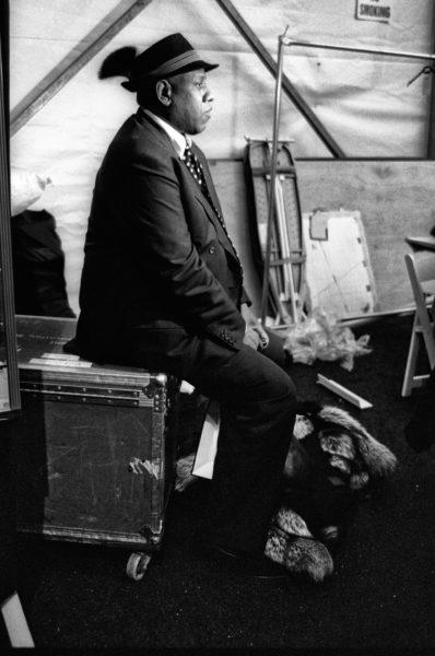 André Leon Talley interpretiert die Formen stets locker. Warum nicht im Anzug mit Gamsbarthut backstage bei Prada rumhocken?