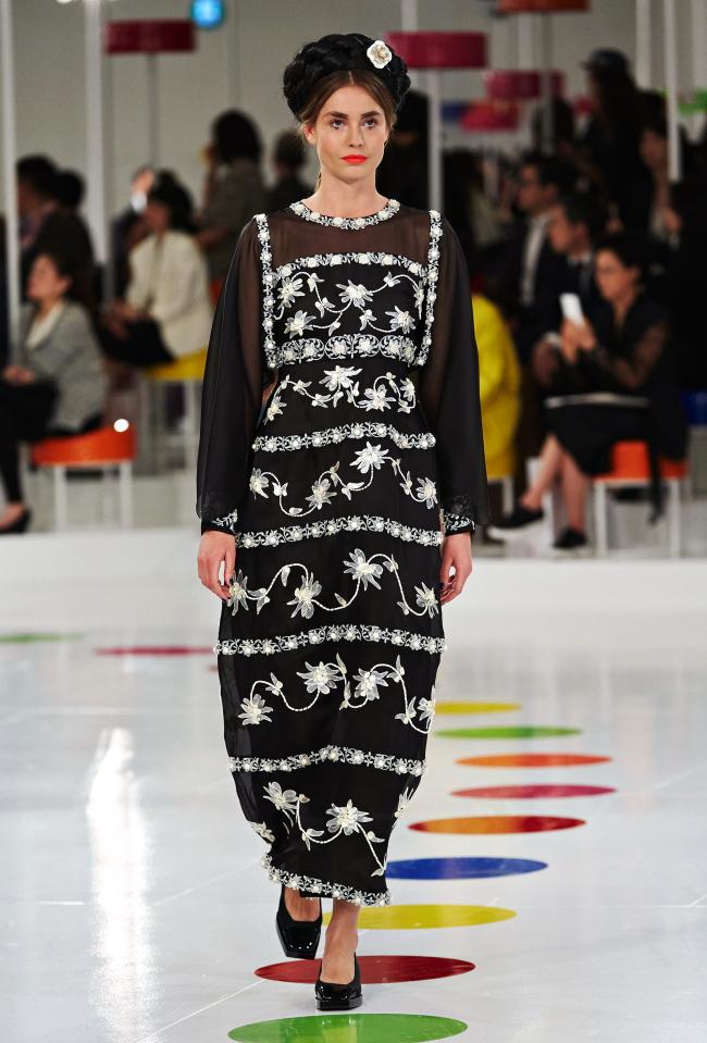 Sehr hoher Taillenschnitt des Hanbok Kleides umgesetzt in einer fließenden Robe
