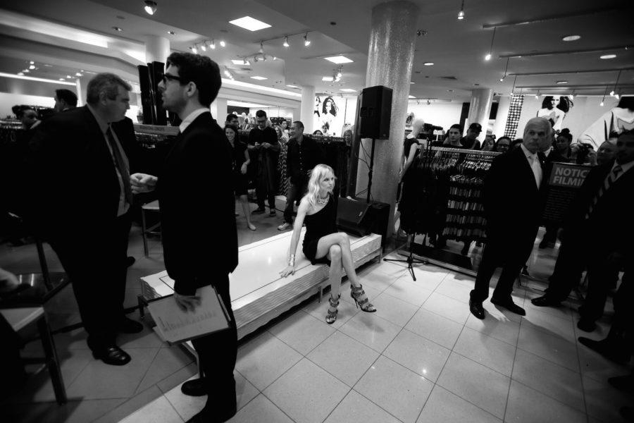 Eigentlich soll Model Karolina Kurkova im September 2011 bei Macy´s am Herald Square für gute Verkaufsstimmung sorgen. Aber auch ein Supermodel muss sich mal ausruhen. Und die meisten Kunden trauen sich gar nicht, sie anzusprechen.