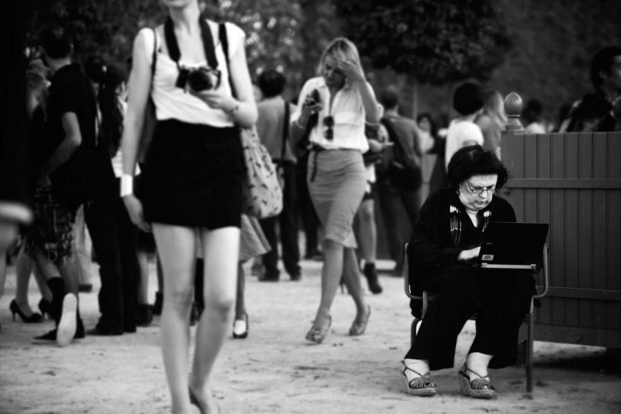"""Andere erholen sich nach der anstrengenden Schau in den Tuilerien. Suzy Menkes, hier noch in Diensten der """"Herald Tribune"""", legt vor der Tür erst richtig los."""
