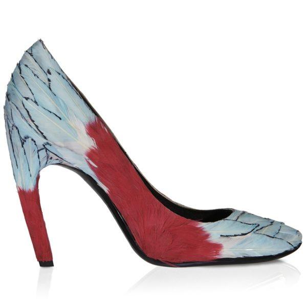 """Pumps """"Miss Yon"""" aus Seidensatin mit Federn in Hellblau und Rot, circa 7000 Euro"""