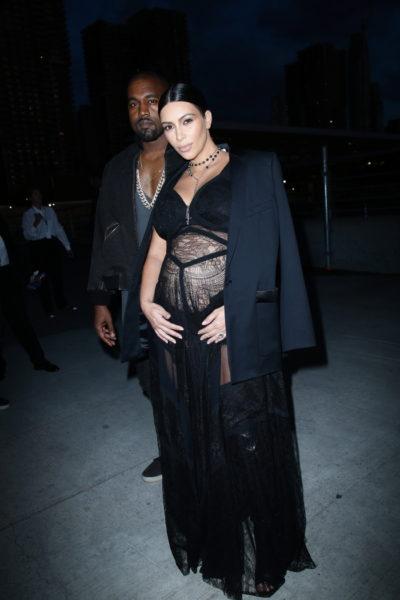 Kim Kardashian und Mann Kayne West mit Babybauch in Givenchy