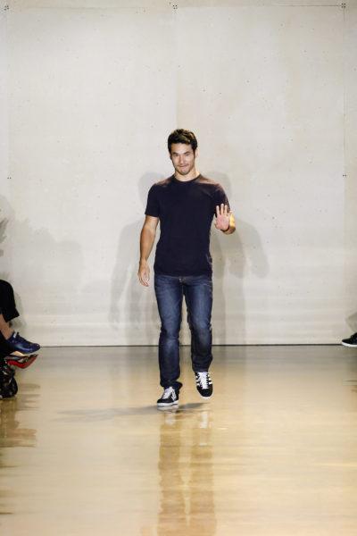Joseph Altuzarra im klassischen Casual-Look: Jeans, T-Shirt, Sneaker