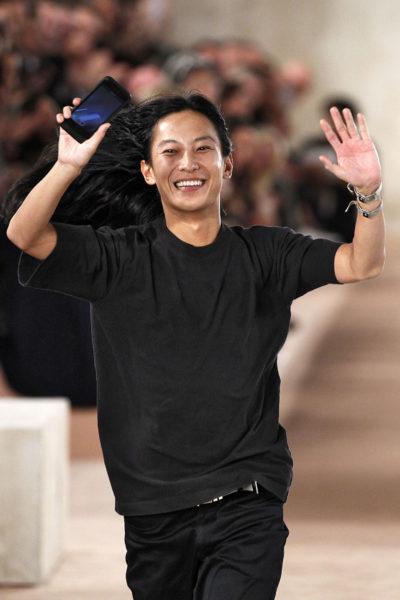 """Finale für Alexander Wang: Den Abscheid nach seiner letzten Balenciaga-Kollektion hielt er mit dem Handy fest. Seinen """"black all over"""" Look wird er weiterhin tragen."""