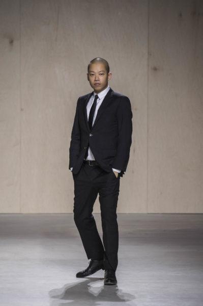 Jason Wu im schicken Zwirn – tolle Anzüge hat er als Boss-Chefdesigner sicher reichlich.