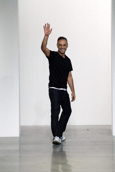 Francisco Costa (Calvin Klein Collection) im typischen Designer-Look: Schwarz auf Schwarz, dazu Sneaker