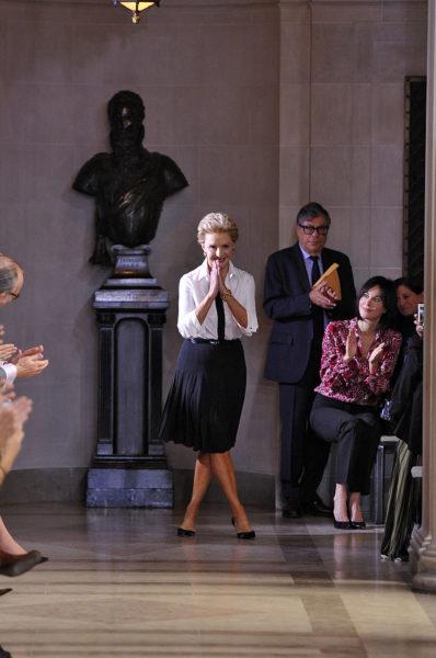 Carolina Herrera trägt, wofür sie steht: elegante Damenmode.