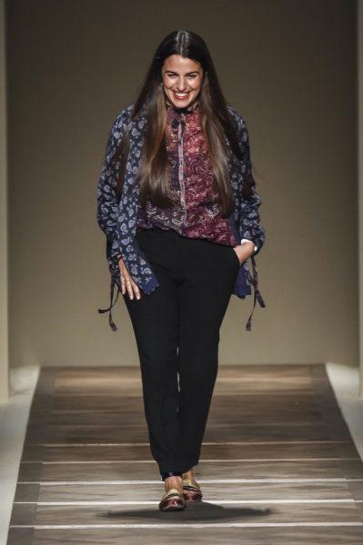 Veronica Etro sehr repräsentativ im Etro-Look – und mit Traumhaaren.
