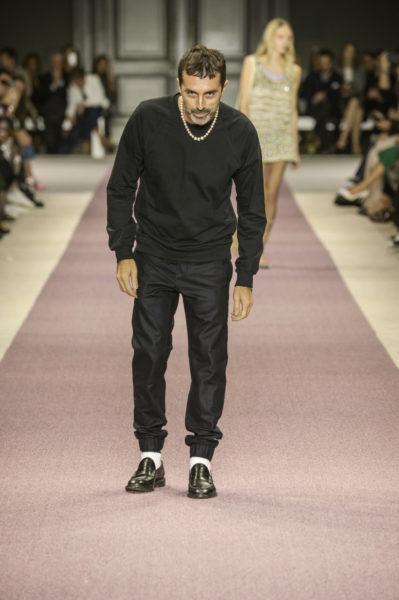 Giambattista Valli steht mit seinen Kleidern für Mädchen-Träume. Er selbst trägt den Michael Jackson-Gedächtnis-Look und immer die dicke Perlenkette.