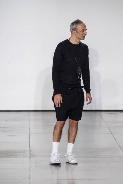 Rodolfo Paglialunga setzt mit seinen hochgezogenen Tennis-Sockien ein modisches Ausrufezeichen hinter seinen schlichten Look.