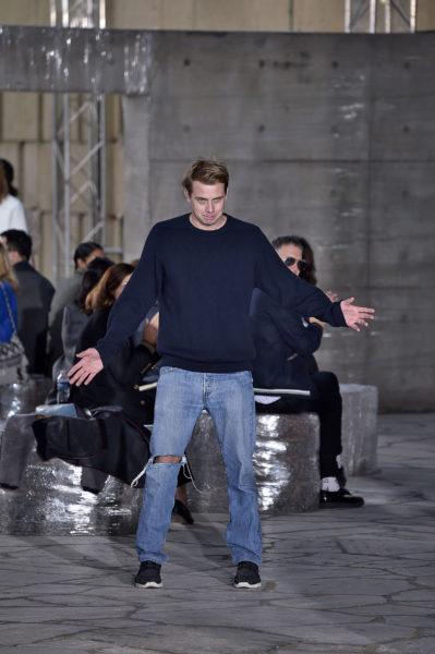 Und auch J.W. Anderson trägt den Designer-Look Klassiker: Jeans, Pullover und Sneaker.