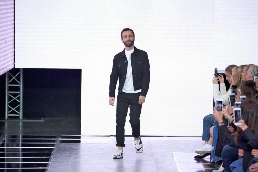 Auch Nicolas Ghesquière ist keine Ausnahme: T-Shirt, Sneaker, Jeansjacke. Aufregendes Design hebt er sich für die Kollektion auf.