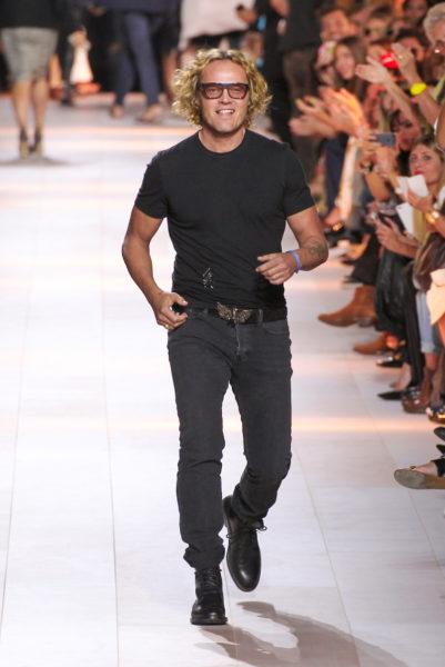 Peter Dundas (Roberto Cavalli) braucht keinen Key-Look. Sein Markenzeichen sind die blonden Locken und die getönten Brillengläser. Moment! Roberto? Bist du es?