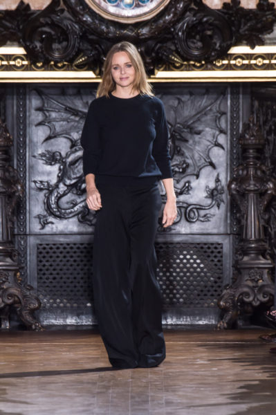 Stella McCartney trägt meist ihre eigenen Designs, die weiten Hosenbeine bringen Extravaganz in den ultra-klassischen Look.