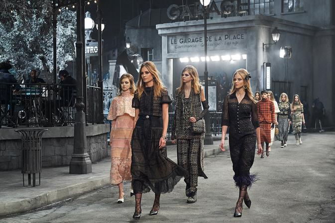 chanel paris rome Chanel Métiers d'Art setting show catwalk modepilot
