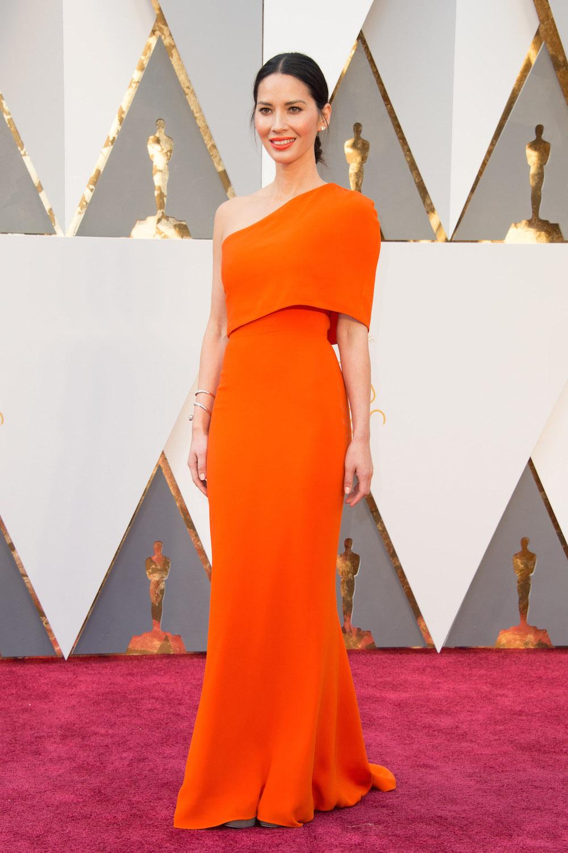 """Bevor wir zu den High- und Low Lights auf dem Roten Teppich der Oscars 2016 kommen: Er hat ihn ! Leonardo DiCaprio hat endlich den lang ersehnten, lange verdienten 1. Oscar seiner Karriere für """"The Revenent"""" bekommen. Gratulation! Modisch bin Olivia Munn modepilot"""