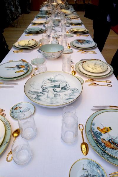 So könnte ein gedeckter Tisch aussehen mit Carnets d'Equateur.