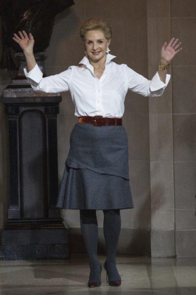 Modedesignerin Carolina Herrera trägt einen Samtgürtel