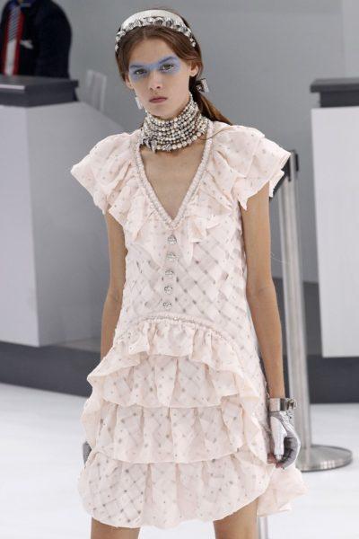 Das schönste Kleid in Rosenquarz kommt, wie zu erwarten, von Chanel