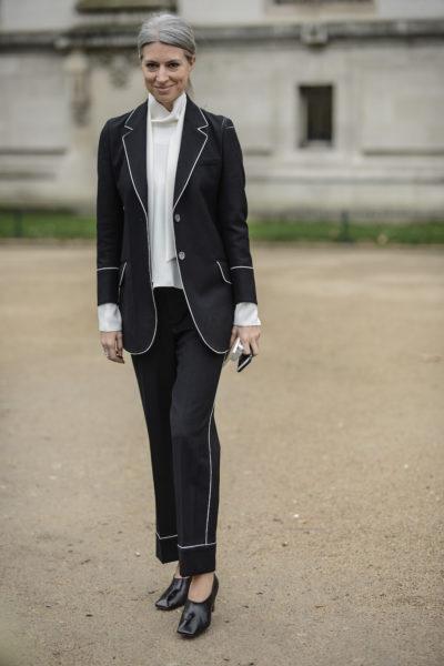 Wie gesagt: Anzüge sind ein Trend. Vogue-UK Redakteurin Sarah Harris nach der Chanel-Show. Nur die Schuhe sind nicht mein Fall.