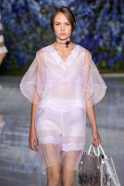 Wie ein Rosenquarz-Zimmerbrunnen: Bei Dior kommt die Farbe ätherisch daher